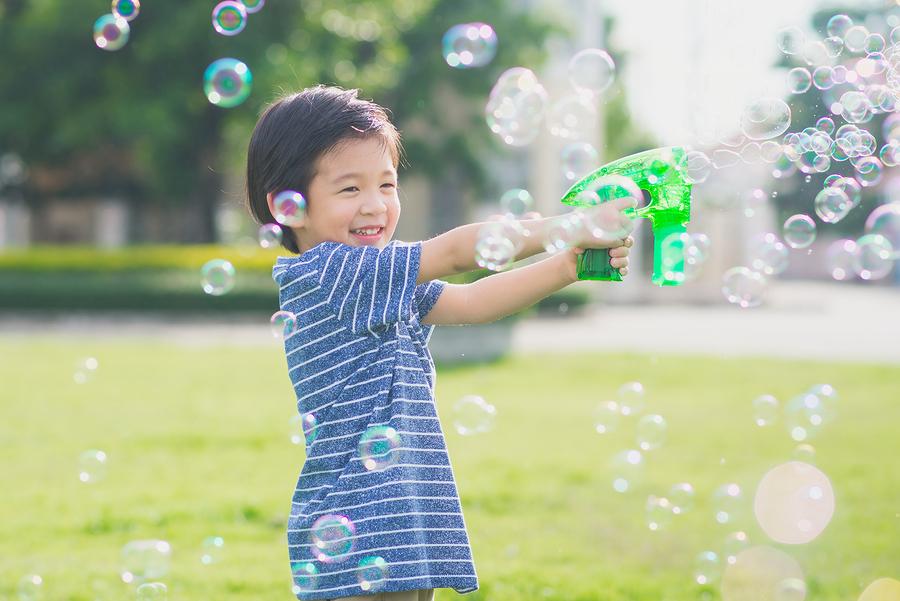Spielspaß für Jung und Alt mit der trenigen Seifenblasen-Pistole. Perfekte Blasen erzeugen wie ein Profi - Foto: lufimorgan/Bigstock