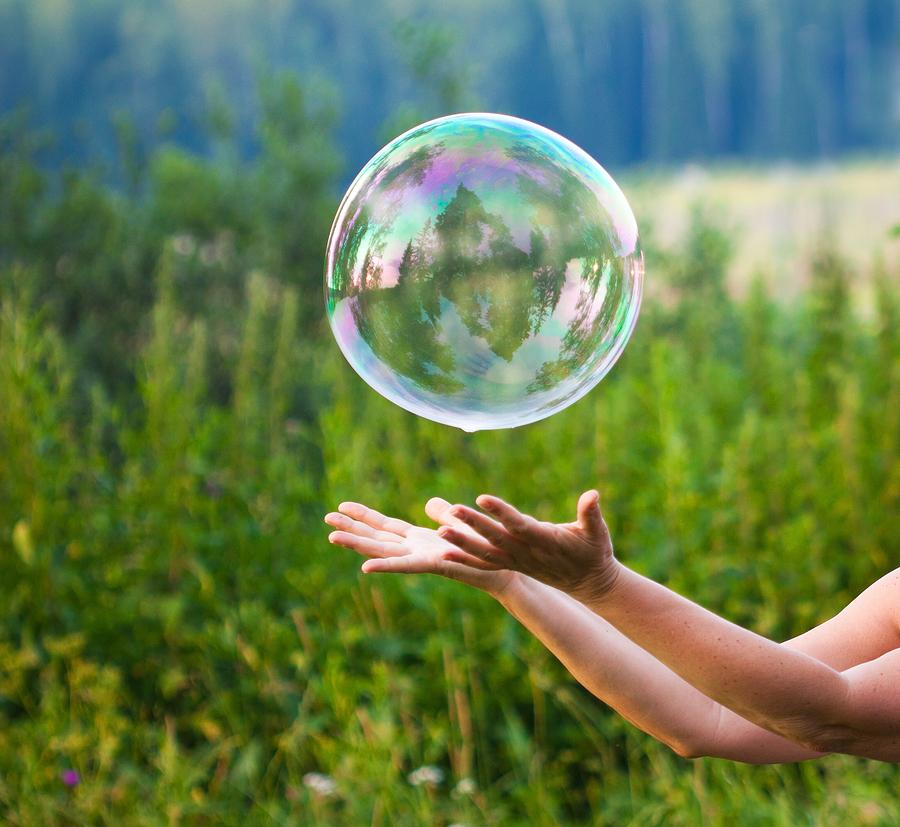 Wer erzeugt die größte Seifenblase? Früher wie heute: Ein riesiger Spaß für Kinder und Erwachsene. Foto: nikkytok/Bigstock